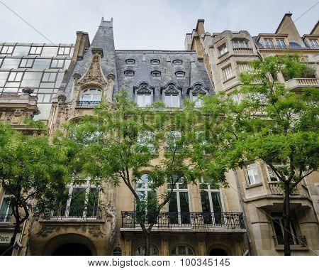 Historic building of Restaurant 59 in Paris