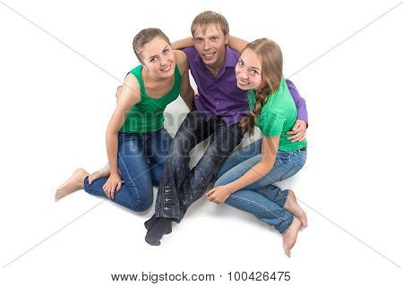 Photo happy friends sitting on the floor