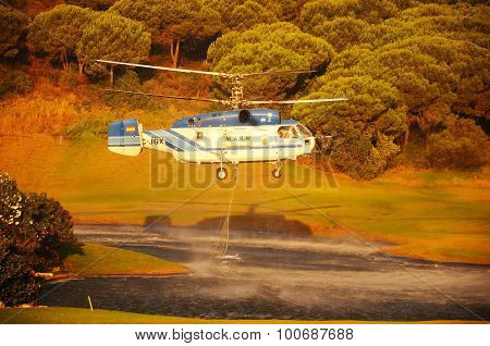 Helicopter collecting fire water.