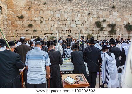 JERUSALEM, ISRAEL - OCTOBER 12, 2014:  Huge crowd of faithful Jews wearing white prayer tallith and black long-skirted coats. Morning Sukkot