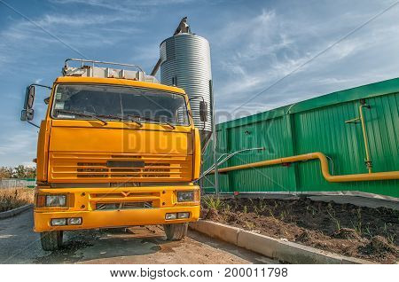 Tank car and filling up to truck
