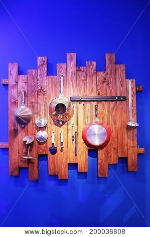 Crockery, hanging on a wooden background. The blue substrate.