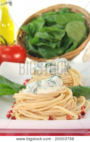 Spaghetti With Cheese And Spinach Sauce