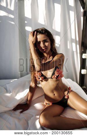 Bikini Model. Beautiful Sexy Brunette Girl Model With Long Wavy Hair, Sunburn On The Beach Wearing F