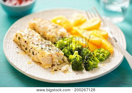 Lemon herb thyme seasoned chargrills with broccoli and potato chips