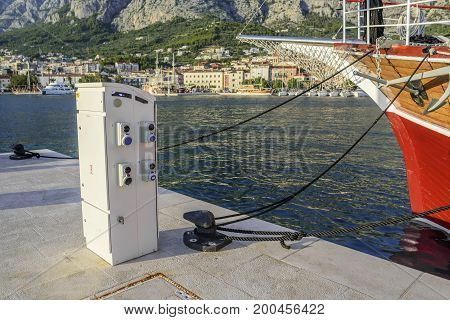 Station for recharging the battery of ships and boats on the pier.