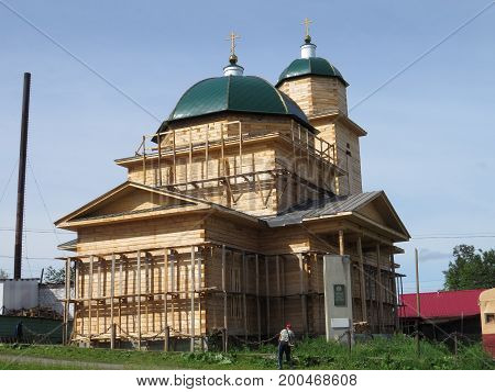 Construction in the village of new wooden churches in the Russian Ural staroutkinsk