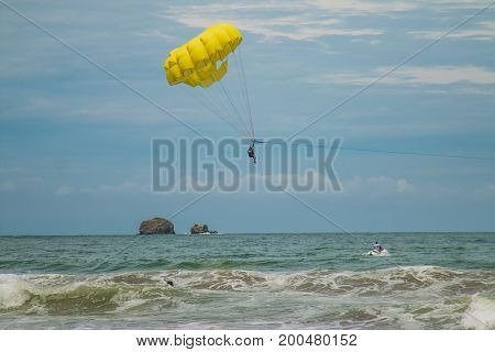 Parasailing in Manuel Antonio (Costa Rica). Provides you with a bird's eye view of the attractive Manuel Antonio shoreline of up to 600 ft above the Pacific Ocean.