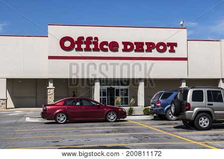 Ft. Wayne - Circa August 2017: Office Depot Strip Mall Location. Office Depot has combined annual sales of approximately $11 billion