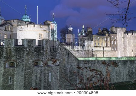 view of the tower of london by night