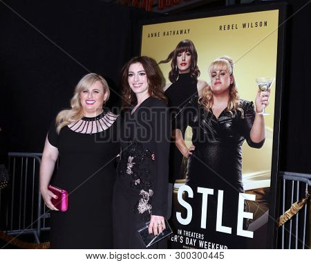 LOS ANGELES - MAY 8:  Rebel Wilson, Anne Hathaway at