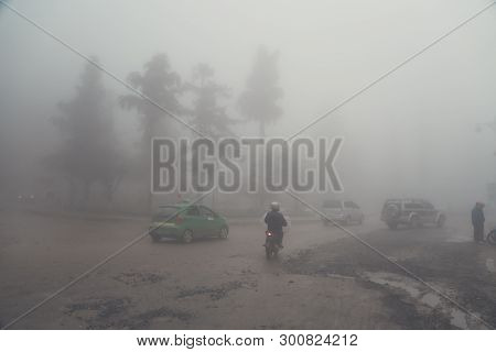 Transport On The Road On Heavy Fog Days Cant See The Way Forward, Heavy Fog In The Mountainous City