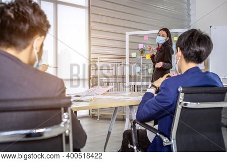 Asian Business Female Wearing Protective Mask Wearing Protective Mask Presenting Use Post It Notes T