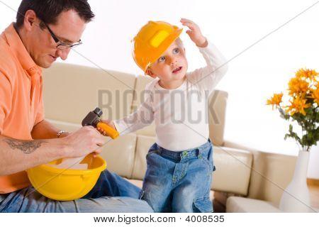 Vater und Sohn spielen togehter