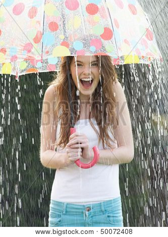 Teenager-Mädchen-schützender bei Regen unter Dach