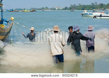 Vietnamese Fishers Untangle Nets