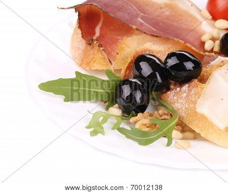 Salad with arugula and prosciutto.