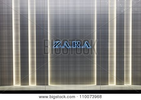 SINGAPORE - NOVEMBER 08, 2015: shopwindow of Zara store. Zara is a Spanish clothing and accessories retailer based in Arteixo, Galicia, and founded in 1975 by Amancio Ortega and Rosal�­a Mera
