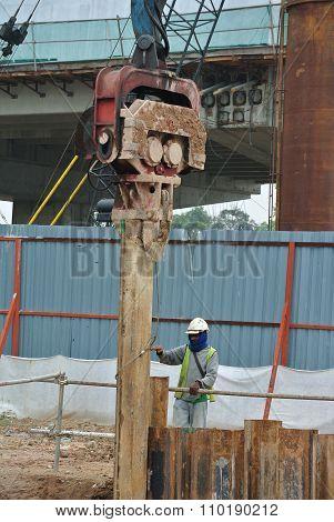 Retaining wall steel sheet pile cofferdam installation by machine
