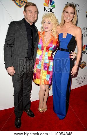 LOS ANGELES - DEC 4:  Ricky Schroder, Dolly Parton, Jennifer Nettles at the Dolly Parton's Coat Of Many Colors at the Egyptian Theater on December 4, 2015 in Los Angeles, CA