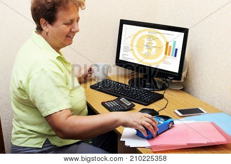 Old Woman Earned On The Crypto Currency. Grandmother Successfully Bought Bitcoins, Does Not Need A P