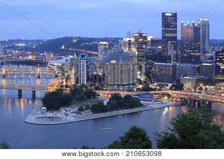 Overlook the Pittsburgh city in the dusk