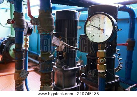 A pressure gauge on the pipeline showing the water pressure after the electric pumps.