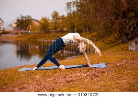 Young Sports Yoga, Practicing Yoga, Doing Wild Things, Exercise Flip-the-dog, Pose Camatkarasana, Tr