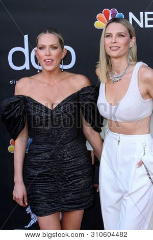 LAS VEGAS - MAY 1:  Erin Foster, Sara Foster at the 2019 Billboard Music Awards at MGM Grand Garden Arena on May 1, 2019 in Las Vegas, NV