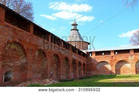 Fortress Walls And Sentry Corner Tower Of Zaraysk Kremlin. The Inner Territory Of The Kremlin In Spr