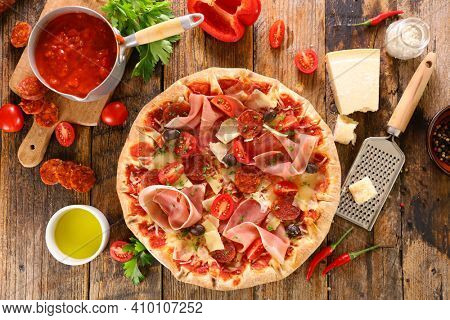 pizza with tomato sauce, cheese and ham