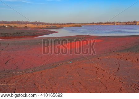 Technical Settler Of Industrial Water Of Mining Industry With Red Soil Polluted With Iron Ore Waste