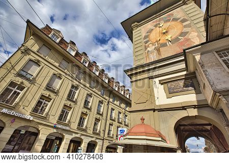 Bern, Switzerland - Aug 23, 2020: Zytgloggelaube Street With Mcdonalds Restaurant And Restored Zytgl