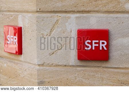 Bordeaux , Aquitaine France - 02 25 2021 : Sfr Red Text Logo Brand And Sign Front Of French Phone Op