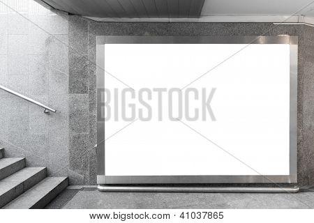 Outdoor em branco, localizado no salão subterrâneo