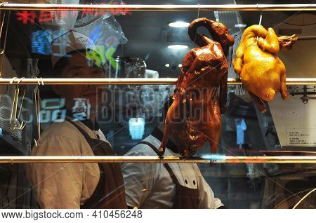 Hong Kong - 23th February, 2015 View Of Grilled Brown Ducks Hanging On Metal Plank In Window Of Stal