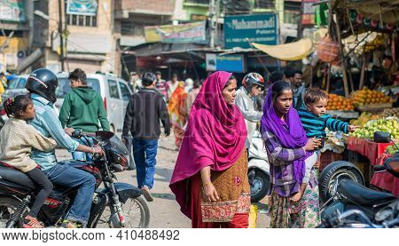 Jaipur, India. 09-05-2018. Indian Woman Walking On The Streets Of Jaipur In The Rajasthan While Buyi