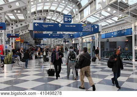 Chicago, Usa - April 15, 2014: Passengers Walk To Gate At Chicago O'hare International Airport In Us