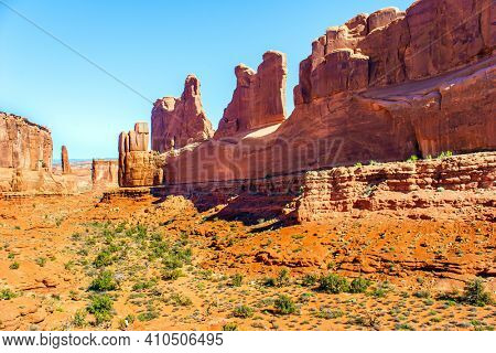 USA. The unique beauty of Arches Park. Grandiose rock compositions created by nature, natural origin, the result of erosion and weathering. Park Avenue viewpoint