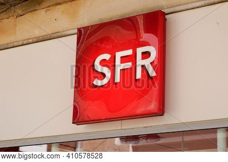 Bordeaux , Aquitaine France - 02 25 2021 : Sfr Store Logo Text French Phone Operator Brand Sign Shop