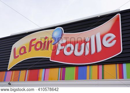 Bordeaux , Aquitaine France - 02 25 2021 : La Foir Fouille Sign Logo And Text Brand On French Store