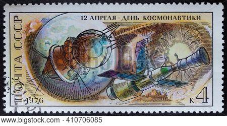 Ussr - Circa 1976: Postage Stamp 'vostok' , 'salyut' And 'soyuz Spacecraft' Printed In Ussr. Series:
