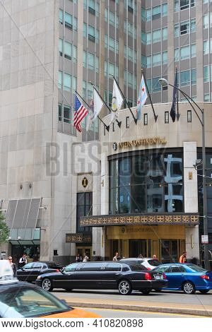 Chicago, Usa - June 27, 2013: Limo Drives By Intercontinental Hotel In Chicago. The Hotel Is Owned B