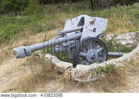 Sevastopol, Crimea, Russia - July 28, 2020: German Light Field 105 Mm Howitzer Lefn 18/40 In The Mem