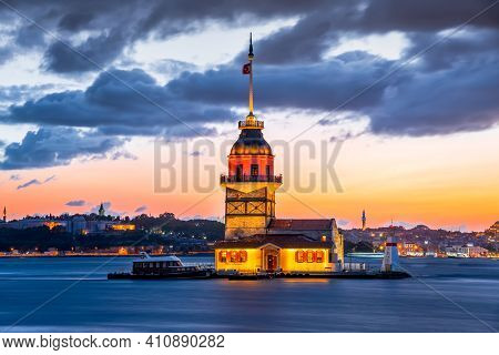 Istanbul, Turkey. Twilight Scenic Sunset On Bosphorus With Famous Maiden's Tower (kiz Kulesi). Sceni