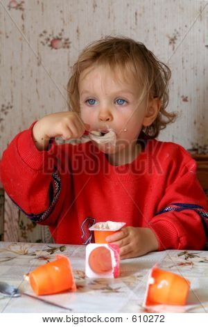 Eating Yoguer