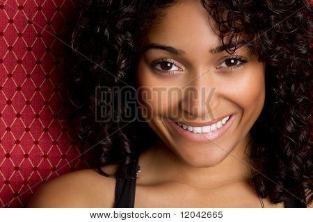 Sorridente donna afro-americana