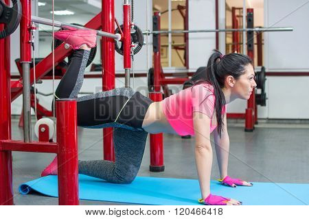 girl doing gluteus exercises in the gym