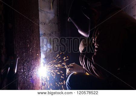 Man Welds Strongly Rusty Door
