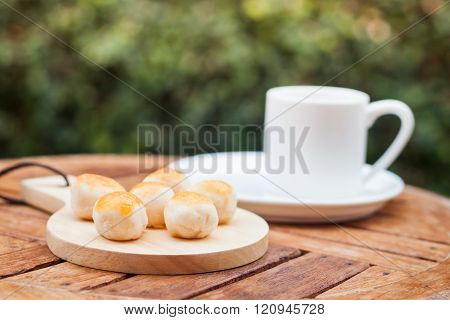 Mini Chinese cakes on wooden plate